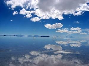 """""""El salar de Uyuni"""" el mayor desierto de sal del mundo, con una superficie de 12.000 km².  Fuente: http://poquiblog.blogspot.com.ar/"""