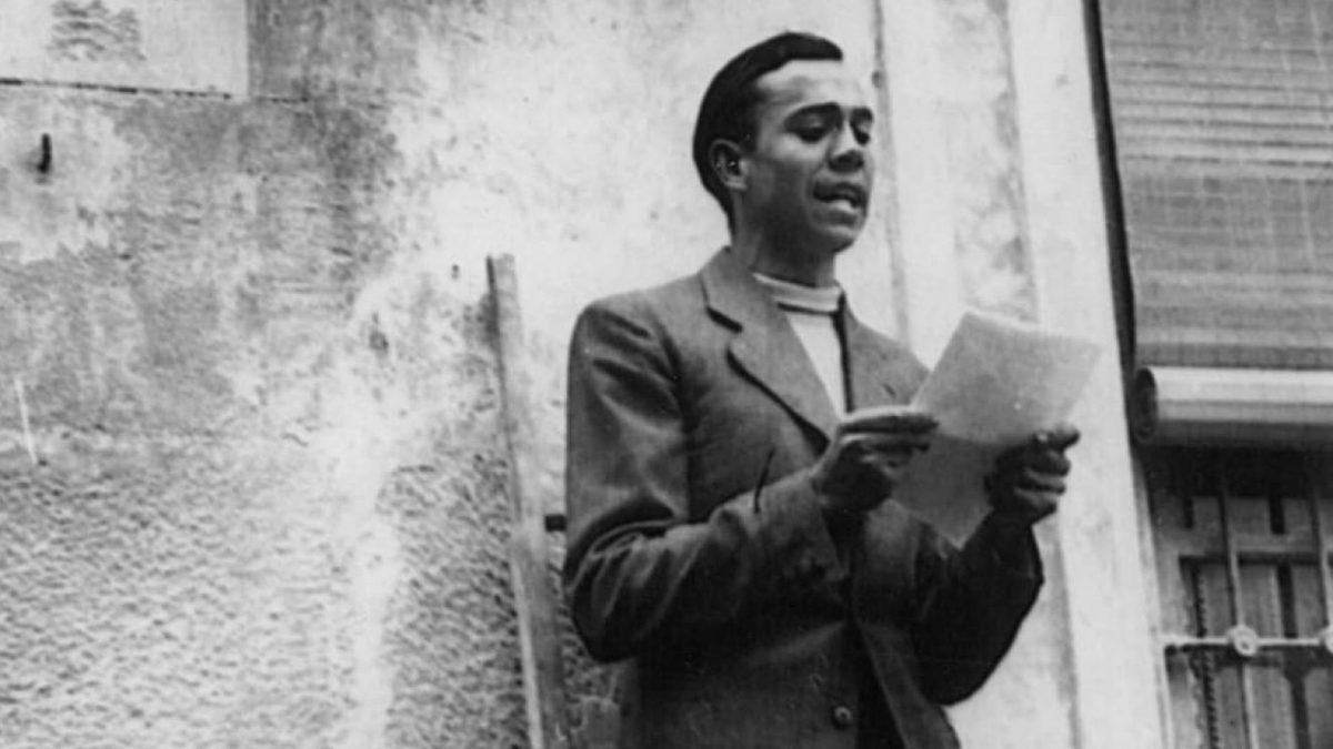Miguel Hernández leyendo en la vía pública en 1936