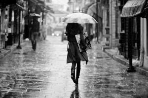 mujer-bajo-lluvia