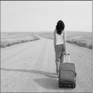 mujer-con-maleta-yendose
